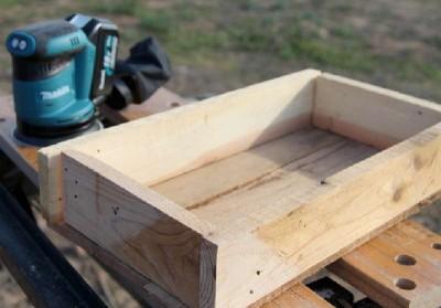 Costruire e decorare una scatola di pallet con francobolli2