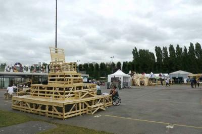Nel festival di musica Aoutside, tutto l'ambiente è decorato con strutture fatte di pallet1