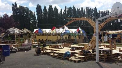 Nel festival di musica Aoutside, tutto l'ambiente è decorato con strutture fatte di pallet8