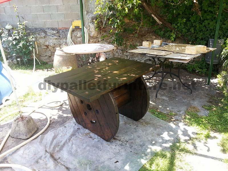 Tavolo da giardino realizzato con una bobina di legno e for Muebles de jardin en palet de madera