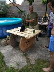 Tavolo da giardino realizzato con una bobina di legno e pallet3