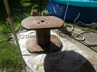Tavolo da giardino realizzato con una bobina di legno e pallet4