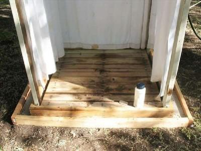 Una doccia esterna con pallet passo per passomobili con - Doccia esterna da giardino ...