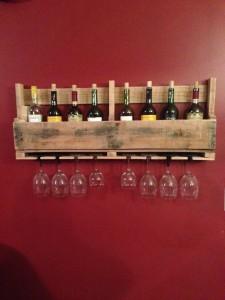 Costruire un portabottiglie vino fatto di pallet per il muro1