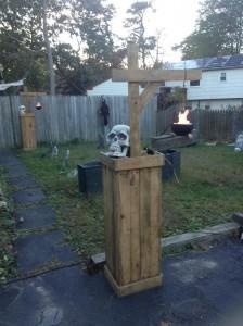 Decora il tuo giardino su Halloween con un cimitero fatta di pallet 8