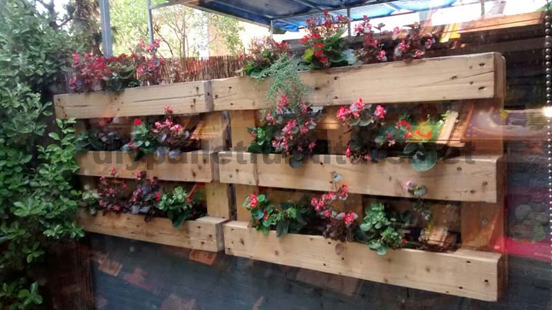 Decorazione di un piccolo cortile con i palletmobili con pallet mobili con pallet - Patio interior decoracion ...