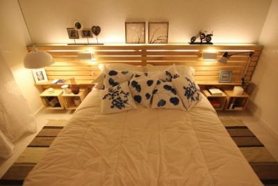 Camera da letto matrimoniale decorato con pallet e - Testiera letto pallet ...