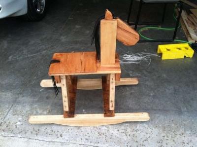 Pallet cavallo a dondolo in legno per i bambini3