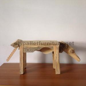 Sculture di animali con resti di pallet