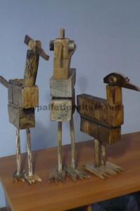 Sculture di uccelli realizzate con blocchi di pallet e tavole1
