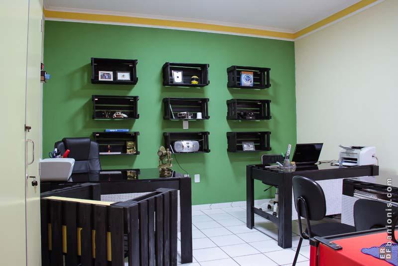 Ufficio arredato con pallet e cassette di fruttamobili con for Fioriere con cassette della frutta