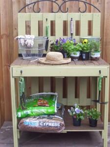 Un bel tavolo di lavoro di giardinaggio a base di pallet