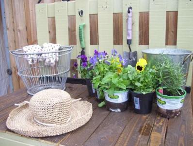 Un bel tavolo di lavoro di giardinaggio a base di pallet2