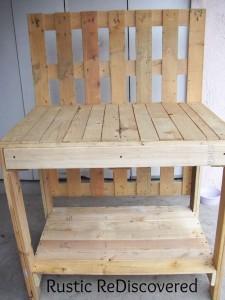 Un bel tavolo di lavoro di giardinaggio a base di pallet5