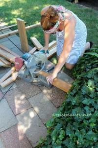 Come costruire un tavolino d'epoca per il giardino con pallet3