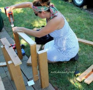 Come costruire un tavolino d'epoca per il giardino con pallet4