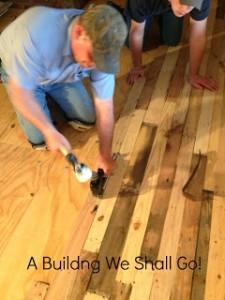 Istruzioni per spianare il pavimento della vostra casa con assi di pallet5