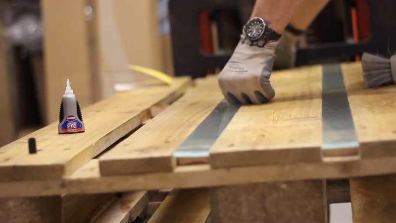 Istruzioni video di come fare un tavolo con 2 - Construire un bar en palette ...
