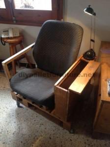 Poltrona per il soggiorno costruito con una paletta e un seggiolino per auto1