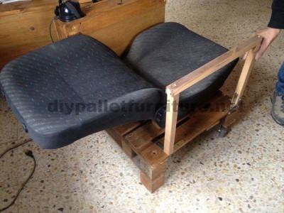 Poltrona per il soggiorno costruito con una paletta e un seggiolino per auto2