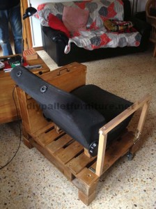 Poltrona per il soggiorno costruito con una paletta e un seggiolino per auto4