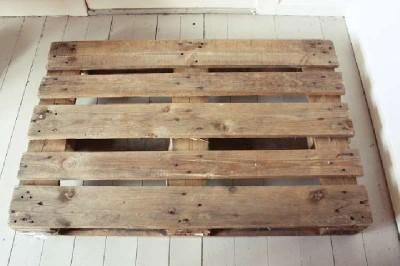 Un tavolo verticale originale costruito con 2 pallet