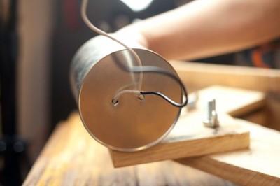 Come costruire una lampada da tavolo con flexo oggetti riciclati 8