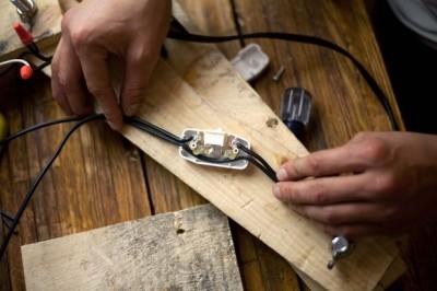 Come costruire una lampada da tavolo con flexo oggetti riciclati 9