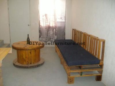 Un divano con pallet e una tavola con una bobina di legno 1