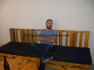 Un divano con pallet e una tavola con una bobina di legno 2