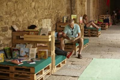 Monastero trasformato in una biblioteca temporanea grazie ai pallet 1