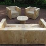 Set di mobili da giardino costruito con pallet e una bobina di legno