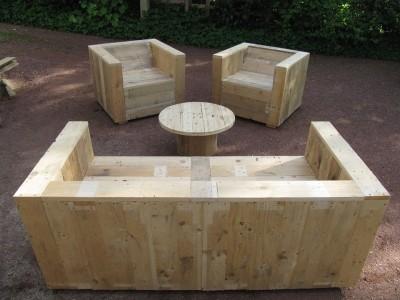 Set di mobili da giardino costruito con pallet e una bobina di legno 1