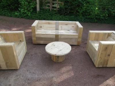 Set di mobili da giardino costruito con pallet e una bobina di legno 2