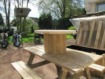 Set di mobili da giardino costruito con pallet e una bobina di legno 3