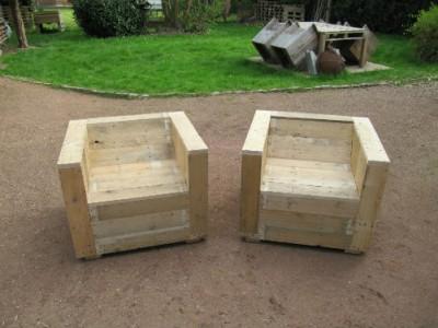 Set di mobili da giardino costruito con pallet e una bobina di legno 4