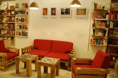 Ubik caffetteria, una libreria e un caffè arredato con oggetti di recupero 1