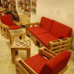 Ubik caffetteria, una libreria e un caffè arredato con oggetti di recupero