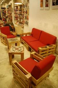 Ubik caffetteria, una libreria e un caffè arredato con oggetti di recupero 2