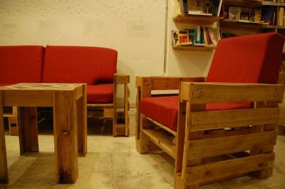 Ubik caffetteria, una libreria e un caffè arredato con oggetti di recupero 3