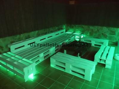 Divani rilassante terrazza e tavolo con illuminazione a LED costruiti con pallet 1