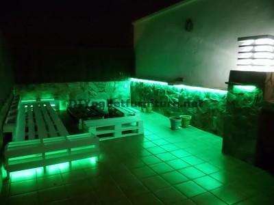 Divani rilassante terrazza e tavolo con illuminazione a LED costruiti con pallet 2