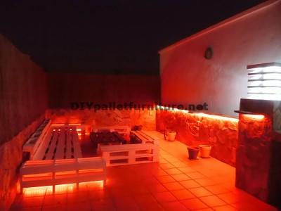 Divani rilassante terrazza e tavolo con illuminazione a LED costruiti con pallet 3