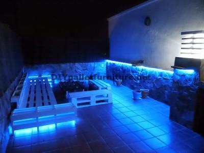Divani rilassante terrazza e tavolo con illuminazione a LED costruiti con pallet 4