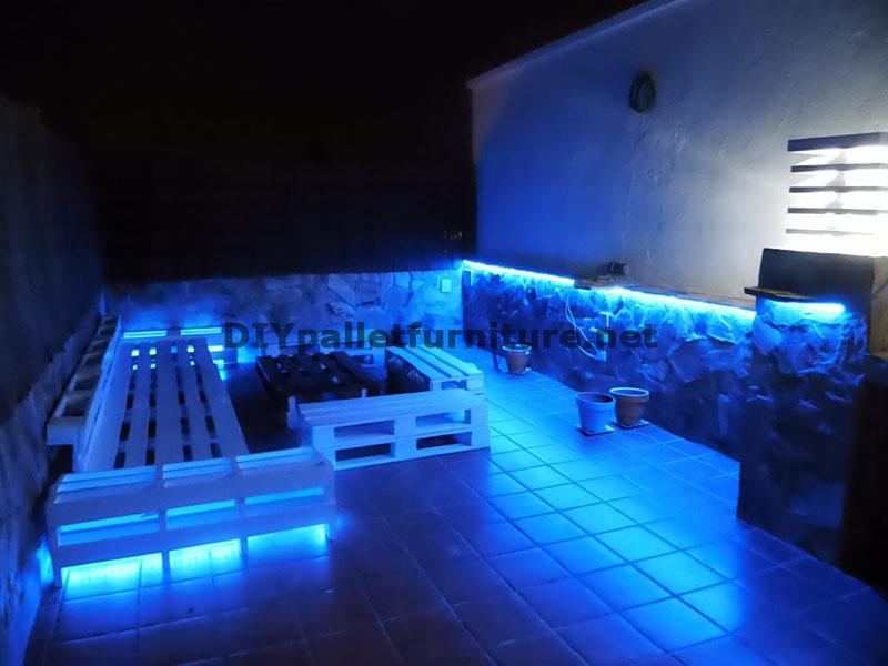 Chillout divani terrazza e tavolo con illuminazione a led