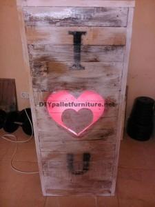 Lampada Valentine fatta con pallets 5