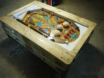 Tavolino con flipper integrata costruita con pallet 1