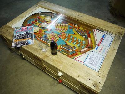 Tavolino con flipper integrata costruita con pallet 3
