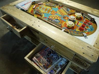 Tavolino con flipper integrata costruita con pallet 4