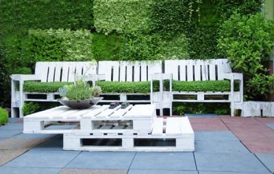 Tavolo e poltrone con pallet set per il giardino 1